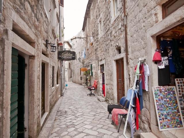Kotor alleyway