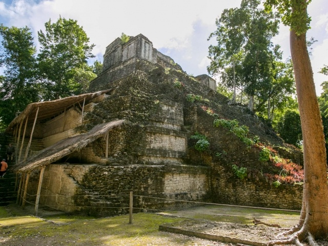 Side view of Edificio 2 at the Mayan ruins of Dzibanche in Mexico